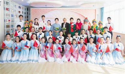 11月5日,国家主席习近平夫人彭丽媛邀请法国总统夫人布丽吉特共同参观上海外国语大学附属外国语学校。新华社记者 王 晔摄
