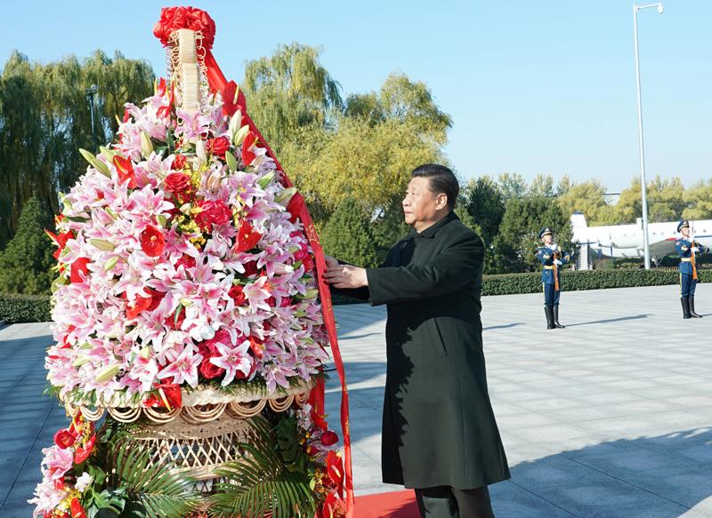 11月8日,中共中央总书记、国家主席、中央军委主席习近平出席庆祝空军成立70周年主题活动,代表党中央和中央军委,对空军成立70周年表示热烈祝贺,向空军全体官兵致以诚挚问候。这是习近平来到位于北京市昌平区的中国航空博物馆,向人民空军英烈敬献花篮。新华社记者 李刚 摄