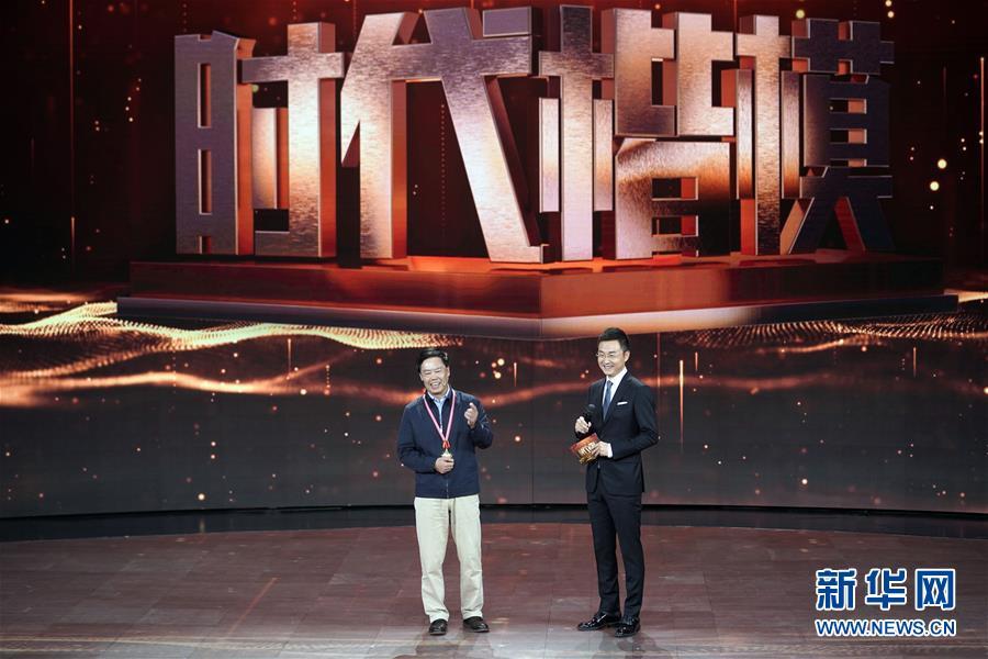 """朱有勇(左)在""""时代楷模""""发布仪式现场接受采访(11月29日摄)。"""