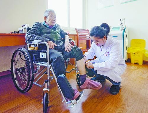 位于灌口的集美區社會福利中心(區級養老服務中心)醫養設施齊全,圖為醫護人員為老人進行理療