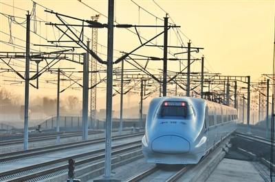 2019年12月16日,成贵高铁全线通车。图为一列动车组列车从成贵高铁毕节站内驶出。