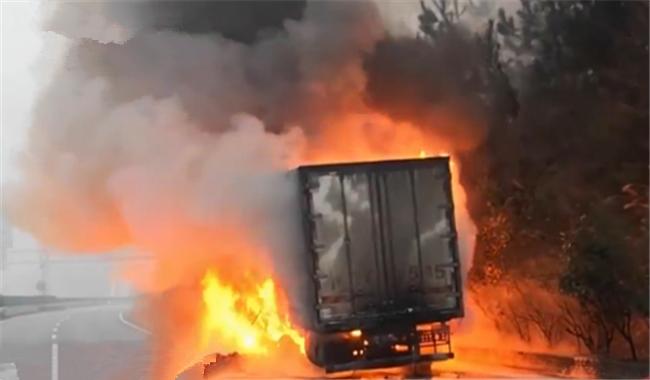"""突發!一大貨車自燃 你的快遞可能已經""""葬身火�!�"""