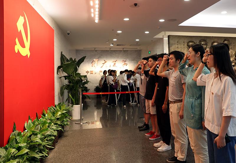 2019年6月27日,华东师范大学部分学生党员在中共一大会址纪念馆重温入党誓词。新华社记者 刘颖 摄
