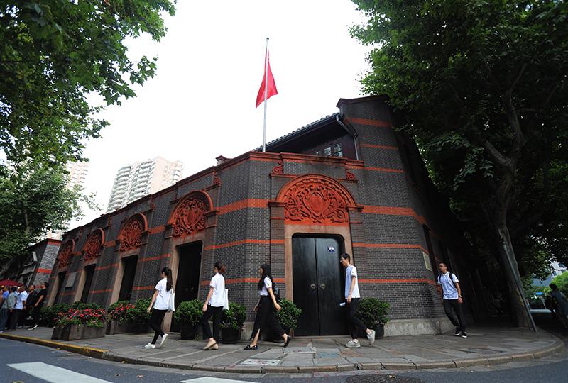2019年6月22日,上海大学志愿者来到中共一大会址纪念馆开展暑期志愿讲解服务。新华社记者 刘颖 摄