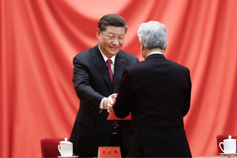1月10日,2019年度国家科学技术奖励大会在北京人民大会堂隆重举行。这是中共中央总书记、国家主席、中央军委主席习近平向获奖代表颁发证书。新华社发(盛佳鹏 摄)