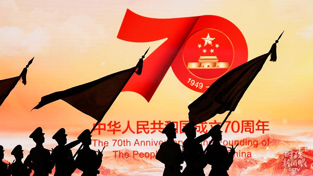 2019年国庆当天,仪仗队走过天安门广场东侧的巨大荧屏。(总台国广记者李晋拍摄)