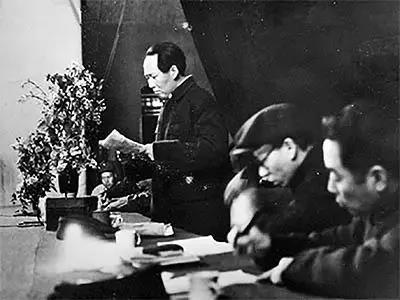 毛泽东在中共七大上作报告。