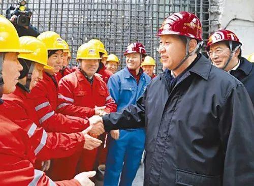 2013年春節前夕,習近平來到北京地鐵8號線南鑼鼓巷站施工工地,向正在施工作業的農民工和工程技術人員表達新春的祝福。