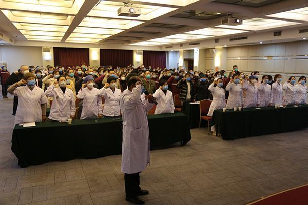 1月27日,在武漢市蔡甸區執行新型冠狀病毒肺炎疫情援助任務的遼寧省醫療隊,成立臨時黨支部,全體醫護人員向黨旗鄭重宣誓,堅決打贏新冠肺炎疫情防控阻擊戰。