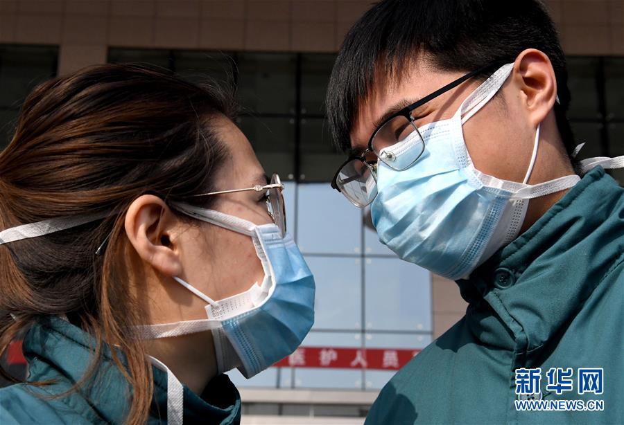 2月2日,刘光耀(右)和乔冰出发前沟通。新华社记者 李安 摄