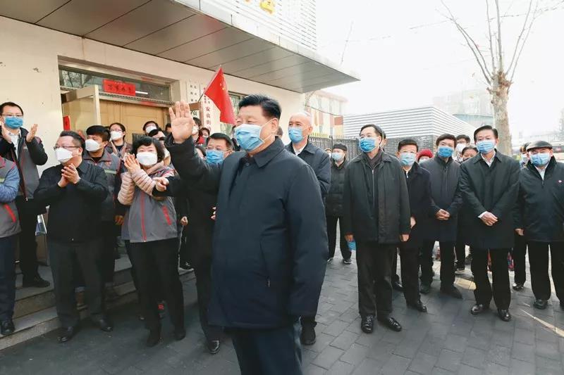 2020年2月10日,中共中央总书记、国家主席、中央军委主席习近平在北京调研指导新冠肺炎疫情防控工作。这是习近平在朝阳区安贞街道安华里社区,了解基层一线疫情联防联控情况。新华社记者 庞兴雷/摄