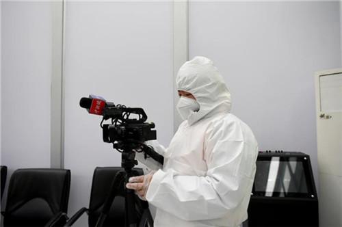 中国新闻社青年记者在武汉疫情防控一线采访