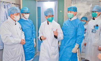 张忠德(左三)每天坚持到病区指导查房及组织讨论。