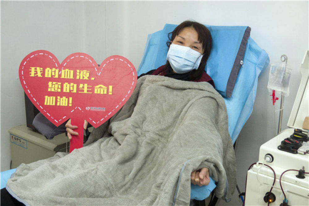 在武汉血液中心的中国医学科学院CPnCoV项目组,康复病人、来自汉口医院的护士蔡桃英在捐献血浆(2月17日摄)。她在2月22日重新返回医院上班。新华社记者 才扬 摄