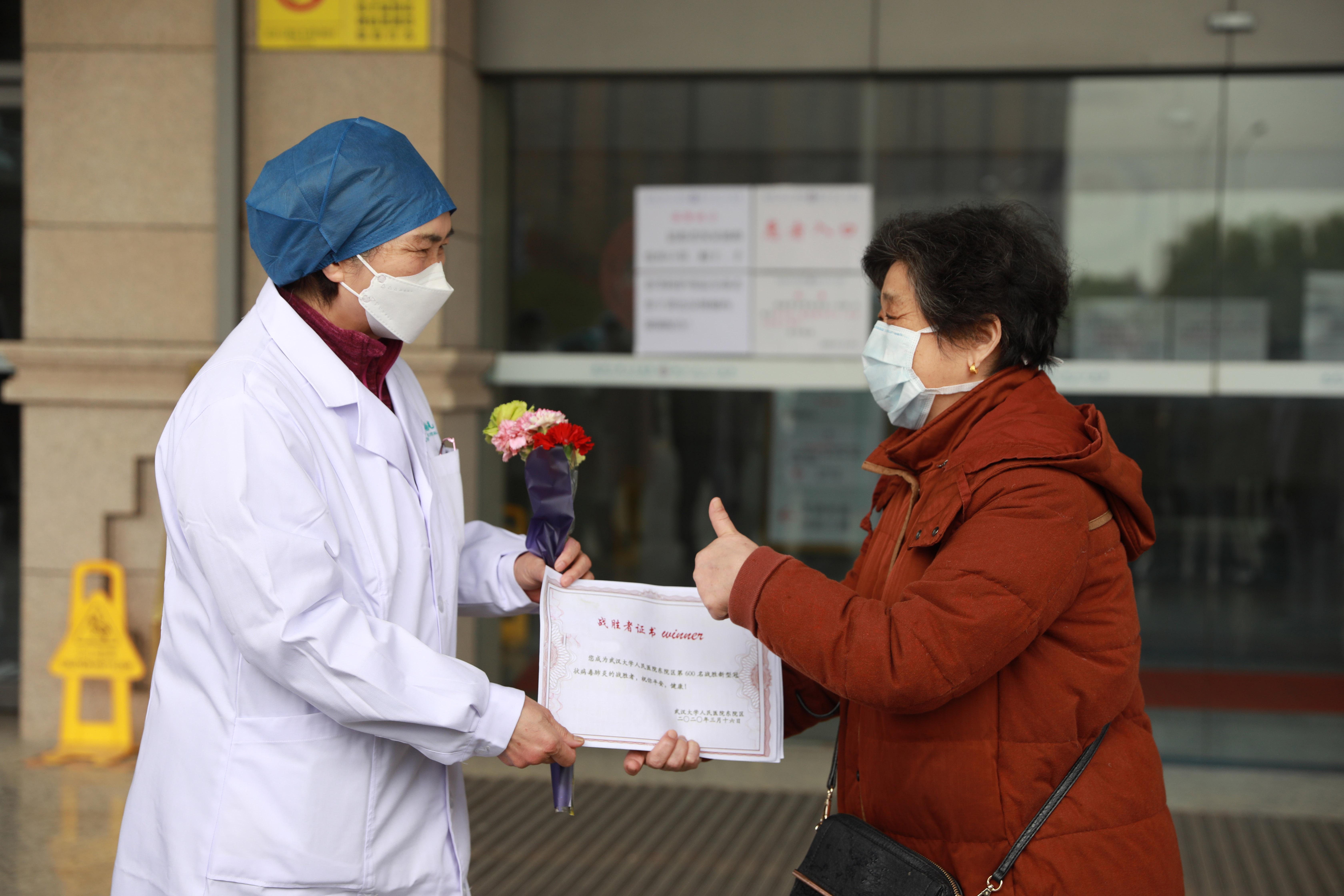 【战疫最前线】李兰娟院士送康复者出院 曾对这位患者说了一句话