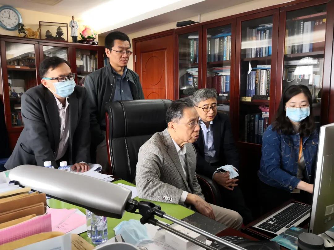 3月14日,在办公室研究疫情防控的相关工作