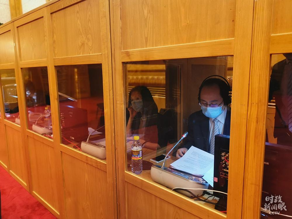 大會堂里,同聲傳譯人員在做準備工作。(總臺央視記者李曉周拍攝)