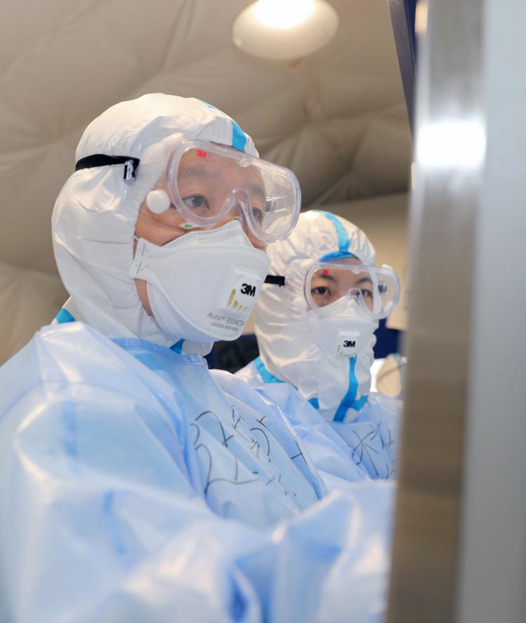 """战""""疫""""一线,迟象阳在移动检测实验室做核酸检测 邵龙飞摄"""