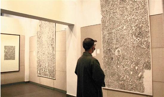 觀眾在溫州美術館看展