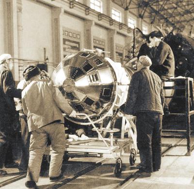 图为1970年初,科研人员在厂房内测试东方红一号卫星。