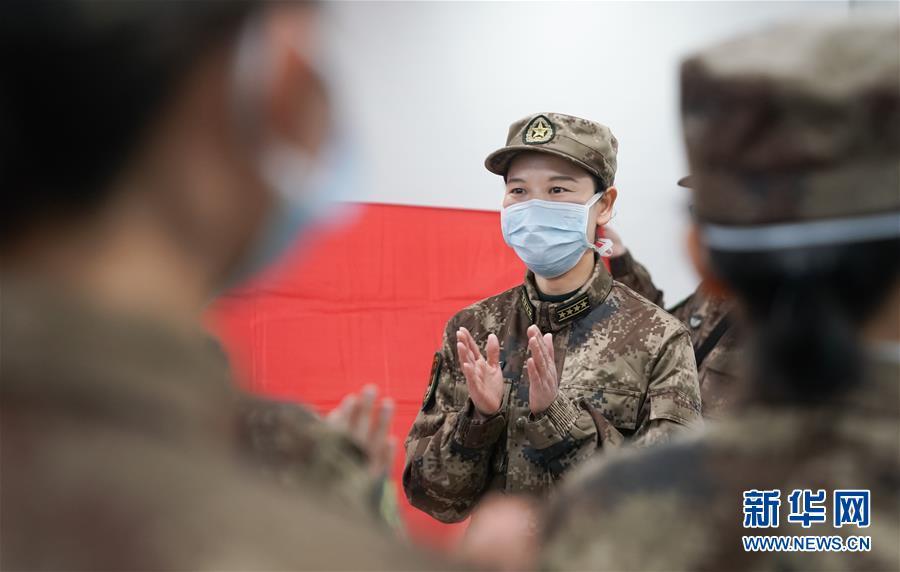 在武汉金银潭医院,军队支援湖北医疗队队员宋彩萍鼓励大家奋勇努力,战胜疫情(2月1日摄)。 新华社记者 程敏 摄