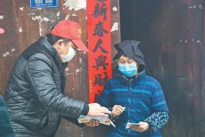 疫情发生以来,贵州剑河县久仰镇摆伟村第一书记在给村民发放疫情防控图册。 刘忠培 姜泽光 摄