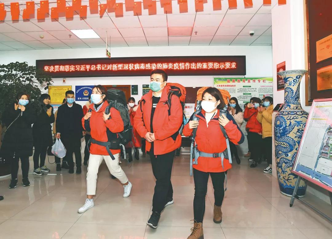 江西宜春市人民医院抗击新型冠状病毒肺炎驰援武汉首批医疗队员出征仪式。(图片由通讯员 黄包云 陈波提供)