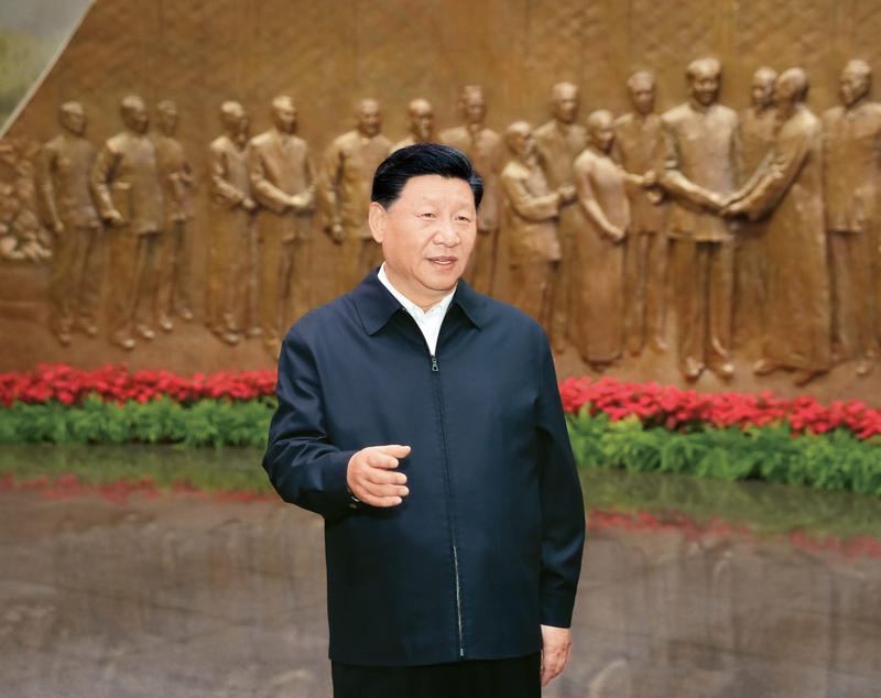 2019年9月12日,中共中央总书记、国家主席、中央军委主席习近平视察中共中央北京香山革命纪念地。这是习近平在香山革命纪念馆参观《为新中国奠基》主题展览,并发表重要讲话。 新华社记者 黄敬文/摄