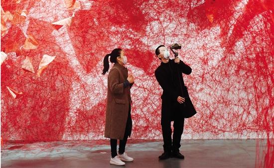 2020年3月,聯合策展人黃燕在閉館期間為觀眾直播導覽 龍巍/攝