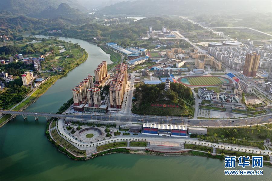 5月14日拍摄的广西环江毛南族自治县县城风貌(无人机照片)。 新华社记者 陆波岸 摄