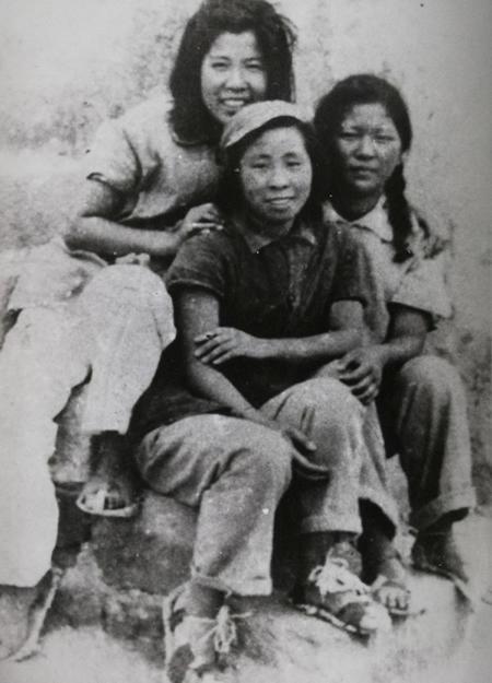 丝瓜成版人性视频app延安时期经典照片——延河边穿草鞋的延安女青年。左起:白凌、张建珍、朱漪,冯文彬摄于1941年9月27日。