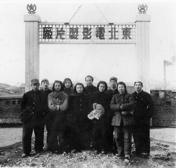 丝瓜成版人性视频app1946年10月1日,东北电影制片厂在兴山(今黑龙江省鹤岗市)成立,张建珍(前排中)在新闻片组任编辑,参与了新闻纪录片《民主东北》的编辑工作。图为新闻片组合影。
