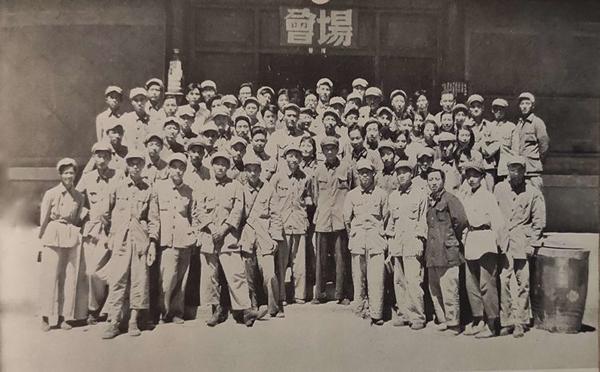 丝瓜成版人性视频app1949年8月,中央电影局在北平召开第一次新闻纪录电影工作会议,总结三年解放战争时期新闻纪录电影工作的经验。图为全体代表合影,第四排右二为张建珍。