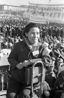 """丝瓜成版人性视频app1976年10月24日,天安门广场举行隆重庆祝粉碎""""四人帮""""的胜利大会,张建珍与新影摄制组在现场。"""
