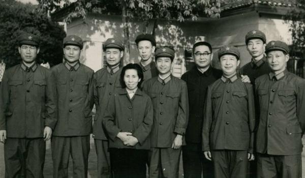 丝瓜成版人性视频app1979年春,张建珍在广西湖南采访期间,与即将赴越南参加自卫反击战的新影摄影师们相聚留影。左起:李俊昌、董振先、龙庆云、张建珍、陈泽人、潘立中、当地同志、姜英杰、任燕群、万健民。