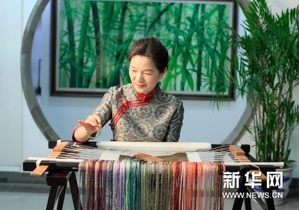 姚建萍在製作蘇繡作品 受訪者供圖