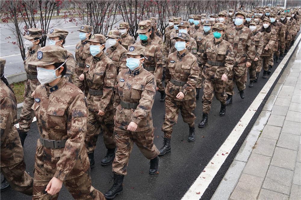 陆军军医大学医疗队进驻武汉市金银潭医院(1月26日摄)。新华社记者 程敏 摄
