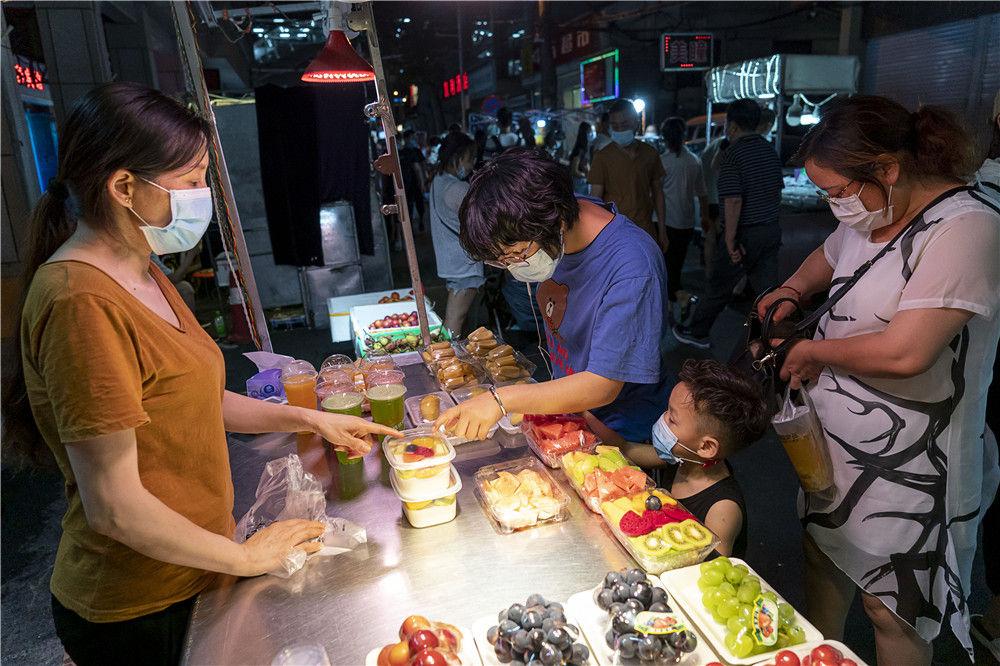 6月1日,市民在武汉保成路夜市消费休闲。新华社记者 熊琦 摄