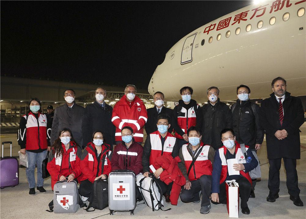 3月12日,在意大利首都罗马,意大利红十字会主席罗卡(后排右六)与中国抗疫医疗专家组一行9人合影。当天,由国家卫生健康委和中国红十字会共同组建的抗疫医疗专家组一行9人抵达罗马,并携带部分中方捐助的医疗物资。新华社记者 程婷婷 摄