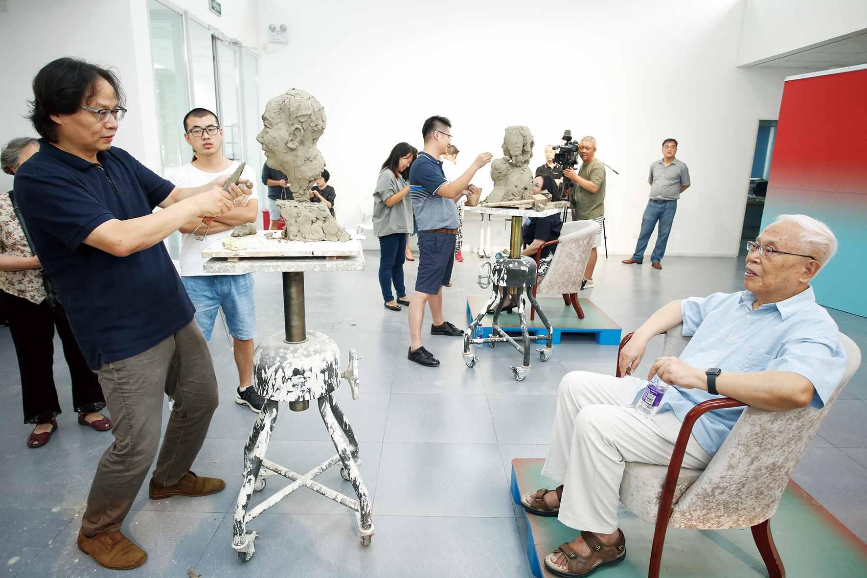 """2019年9月9日,在中國美術館舉辦的""""為新時代人物塑像:中國美術館雕塑工作坊十期回顧暨2019年教師節專場塑像""""活動中,青年雕塑藝術家李永康為中國科學院院士姜伯駒塑像。"""