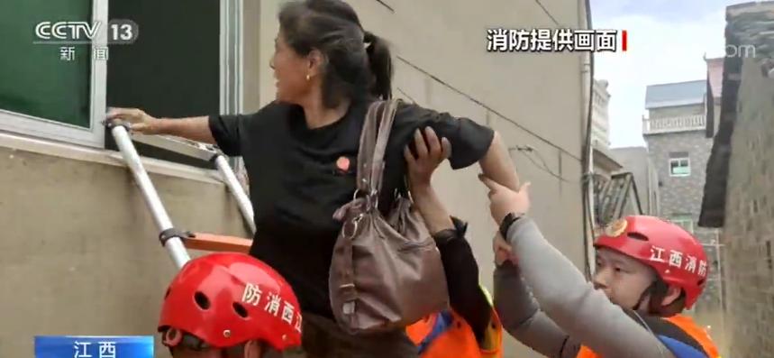 洪水来临后 消防员紧急出动救援被困群众