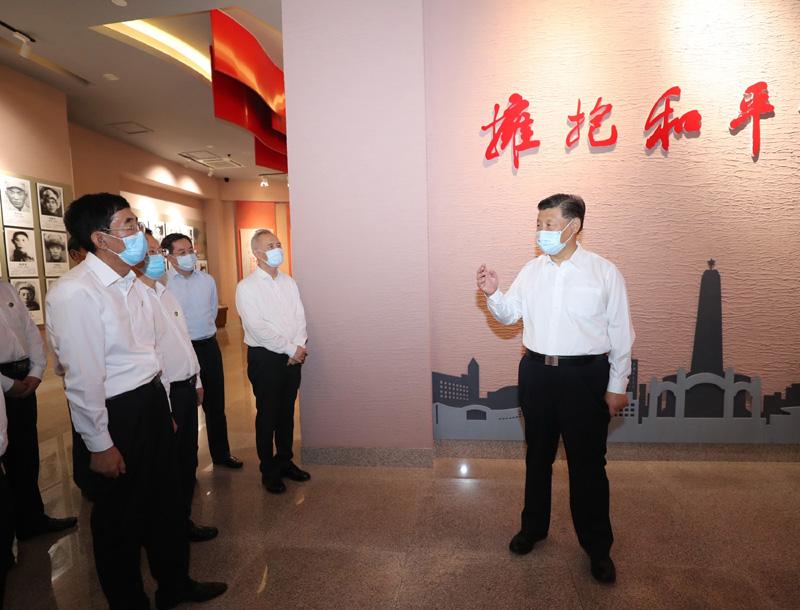 7月22日至24日,中共中央总书记、国家主席、中央军委主席习近平在吉林省考察。这是7月22日下午,习近平在四平市参观四平战役纪念馆。新华社记者 王晔 摄