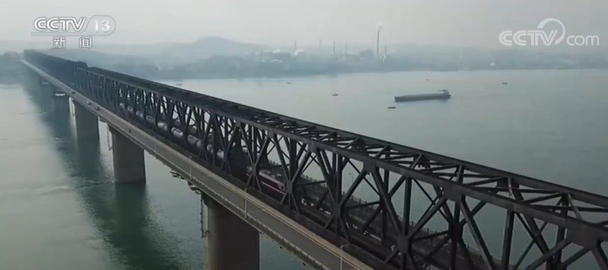 湖北首开至成都沿江班列 推进水转铁公转铁运输