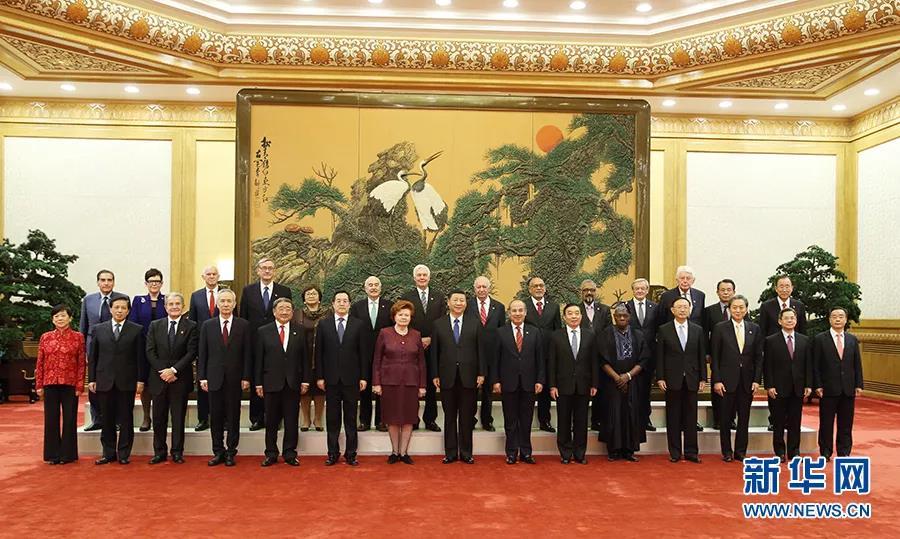 这是会见前,国家主席习近平同外方嘉宾集体合影。    新华社记者  姚大伟/摄