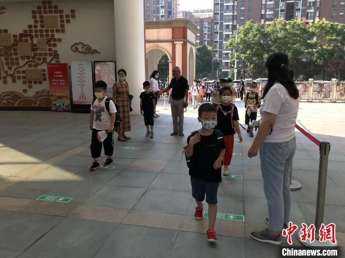 武汉部分学校组织返校热身 提前熟悉校园环境