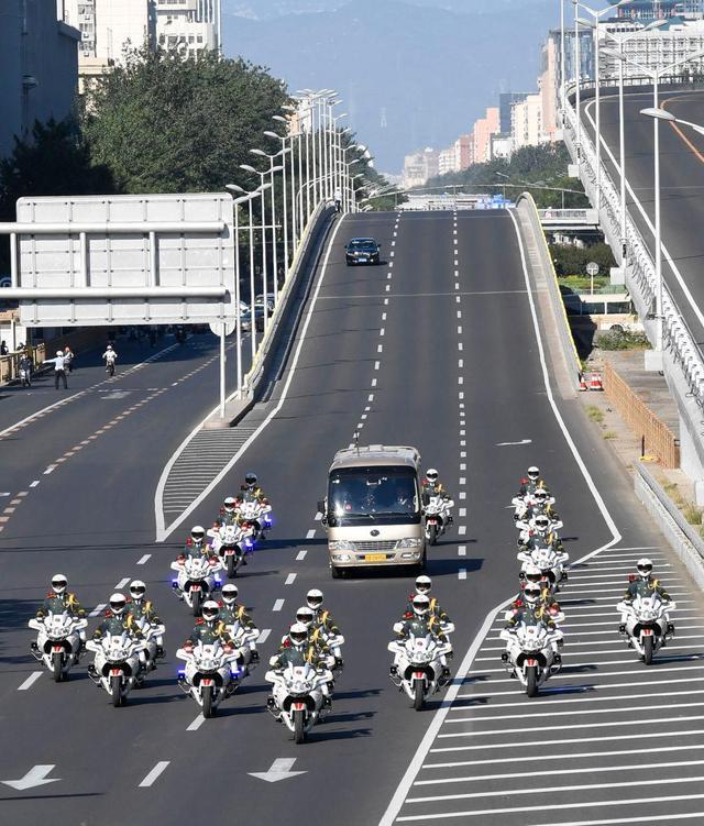 9月8日上午,国家勋章和国家荣誉称号获得者乘坐礼宾车从住地出发,在国宾护卫队的护卫下,前往人民大会堂。新华社记者 高洁 摄
