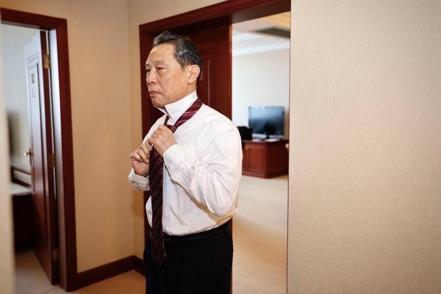 """9月8日上午,""""共和国勋章""""获得者钟南山在住地整理领带,准备出发。新华社记者 刘彬 摄"""