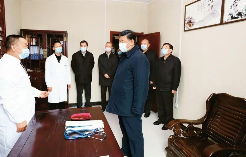 2020年4月21日,习近平在陕西省安康市平利县老县镇卫生院,了解基层卫生防疫、医疗保障工作。