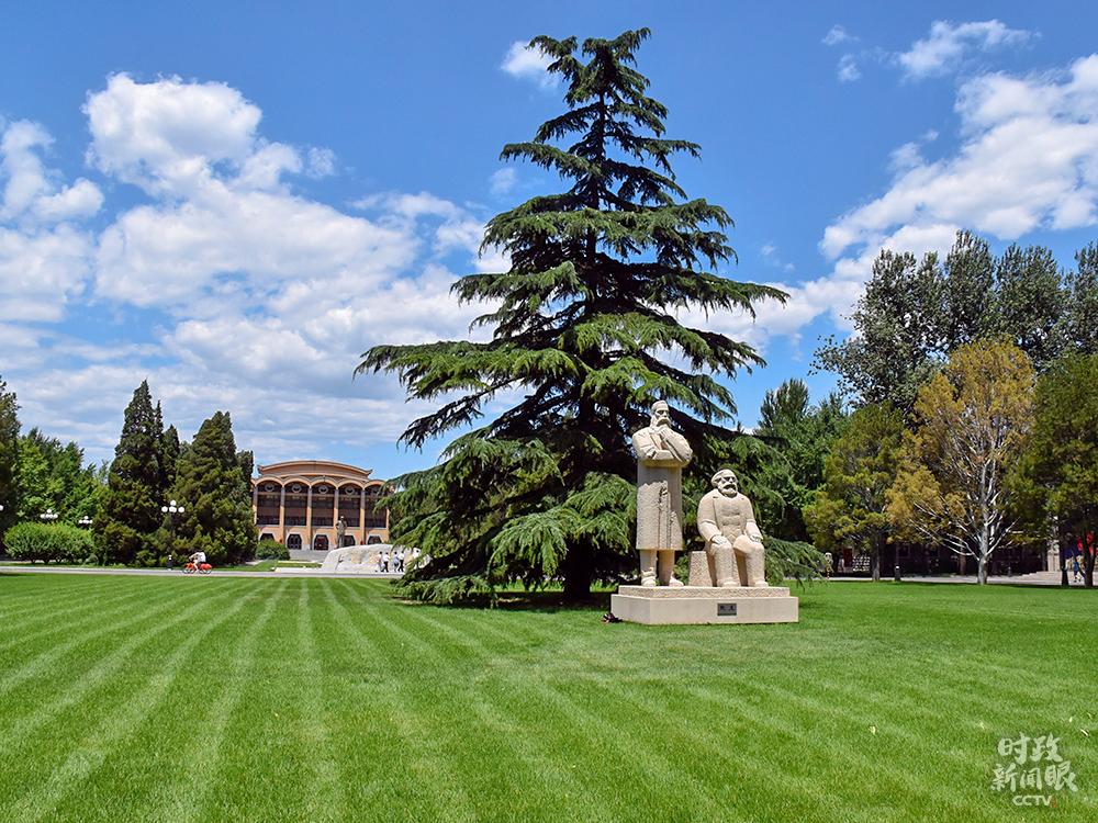 △党校校园里马克思、恩格斯雕像:《战友》