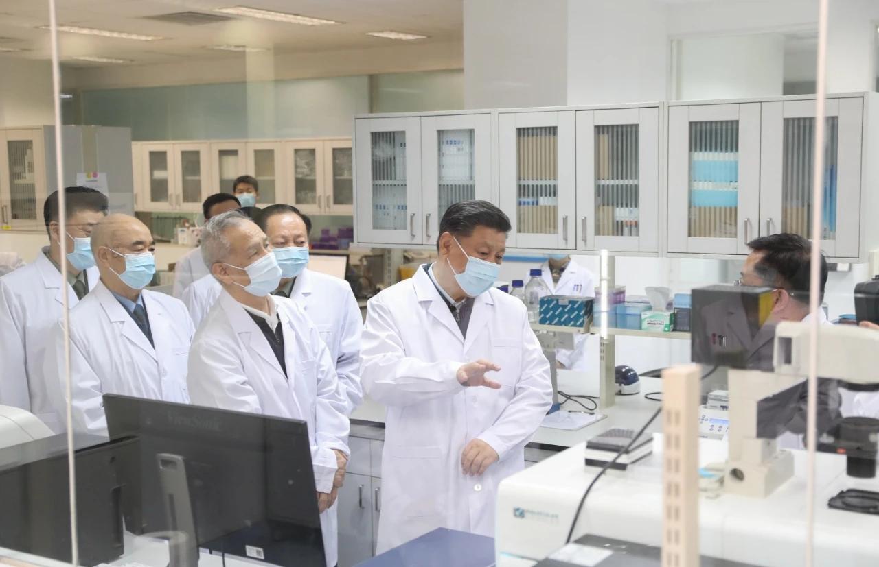 3月2日,习近平在北京考察新冠肺炎防控科研攻关工作。这是习近平在军事医学研究院重大疫情应急防控药物研究室了解疫苗和抗体研制情况。